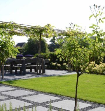 Klassieke tuin met strakke lijnen